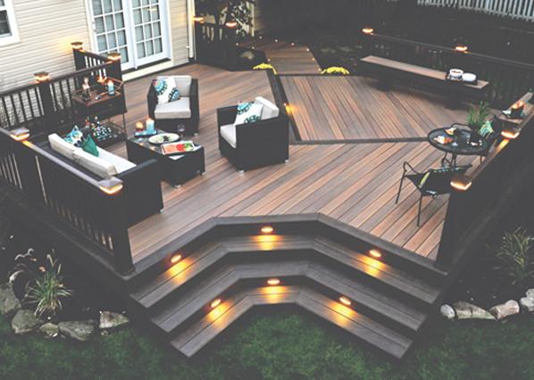 Collection de terrasses Legacy de TimberTech de couleur Tigerwood avec ornements Mocha