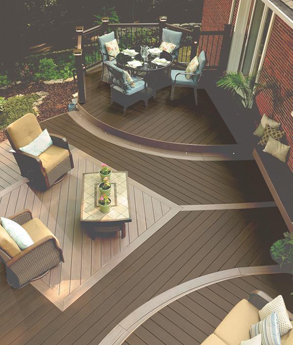 Collection de terrasses Legacy de TimberTech de couleur Mocha avec ornements Pecan