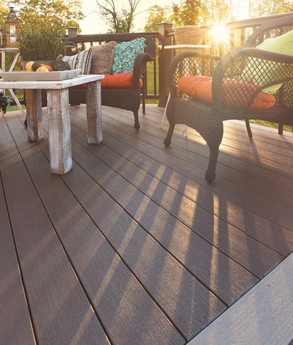Collection de terrasses Terrain de TimberTech de couleur Rustic Elm