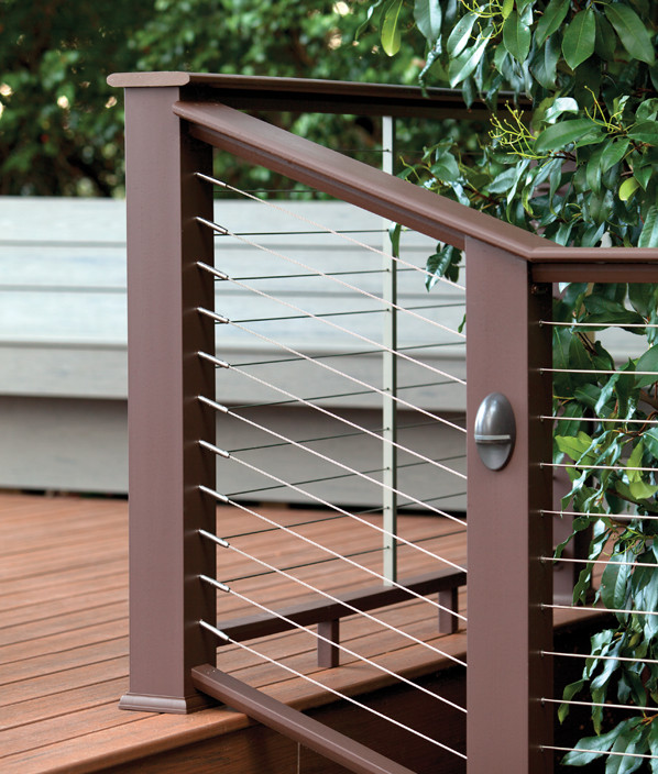 Collection de garde-corps Evolutions Rail Contemporary de TimberTech de couleur Traditional Walnut