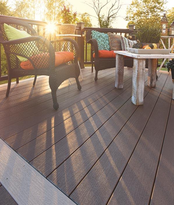 Collection de terrasses Terrain de TimberTech de couleur Rustic Elm avec ornements Sandy Birch