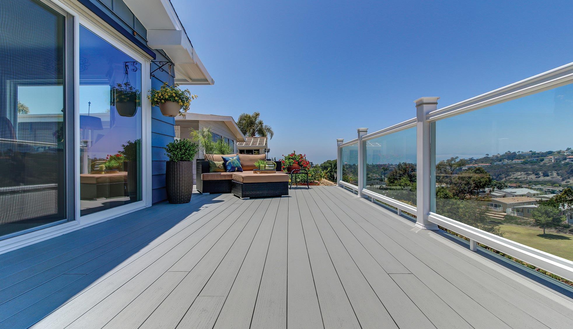 Collection de terrasses Terrain de TimberTech de couleur Stone Ash